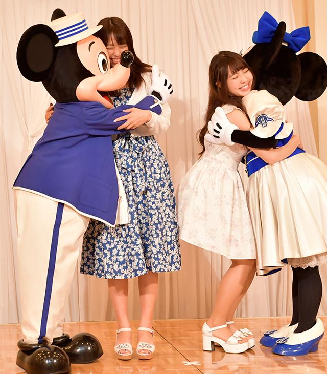 ミッキーたちがゲストを手招き。ゲストごとに撮影できるので、キャラクターたちとたっぷり触れ合える!