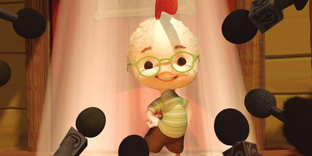 """失敗ばかりの主人公""""チキン・リトル""""の未体験アドベンチャー 映画のパロディー満載ユーモアたっぷりで描く『チキン・リトル』"""